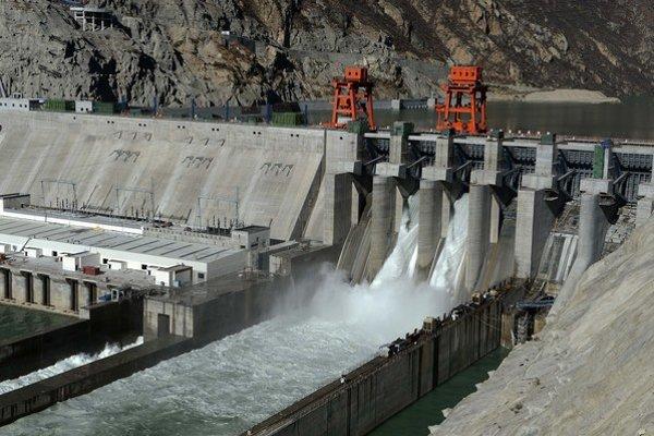 Najväčšou vodnou elektrárňou v Tibete je Dzangmu postavená na rieke Jarlung Zangpo v oblasti Gjata. Do čiastočnej prevádzky ju uviedli v novembri 2014.