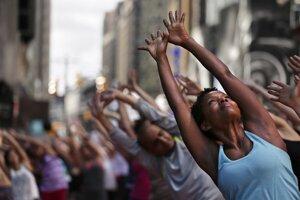 Jogu cvičili ľudia aj v uliciach New Yorku.