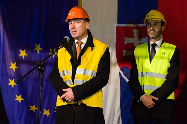 Minister dopravy, výstavby a regionálneho rozvoja Roman Brecely (vľavo) a predseda Žilinského samosprávneho kraja (ŽSK) Juraj Blanár (vpravo) počas príhovoru pri príležitosti slávnostného prerazenia tunela Ovčiarsko