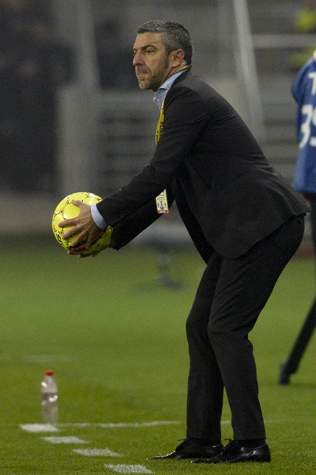 Tréner Slovana Nikodimos Papavasiliou.