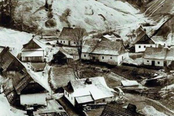 Na prelome 19. a 20. storočia žilo v Pieskoch stoštyridsať obyvateľov, dnes sa zachoval len jeden dom, kaplnka a torzo cintorína.