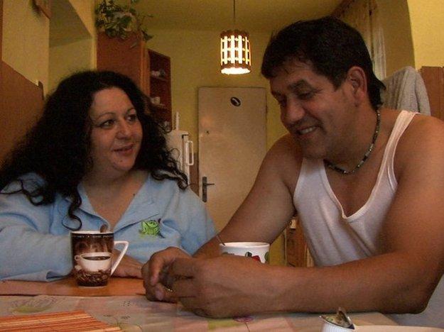 Vlado Sendrei a Janka Sendreiová vo filme Jara Vojteka Cigáni idú do volieb.