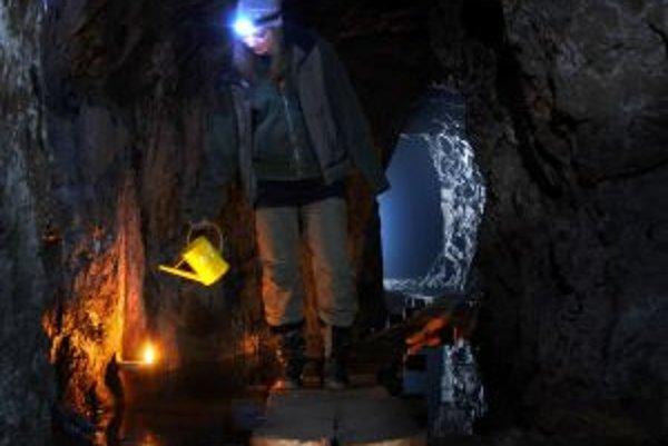 Hoci baníkov sprevádzala v hlbokých štôlňach hustá tma, prvý úsek expozície je umelo osvetlený, ďalej sa budú návštevníci pohybovať za svetla z čelových lámp a v poslednej časti im posvietia klasické kahance.
