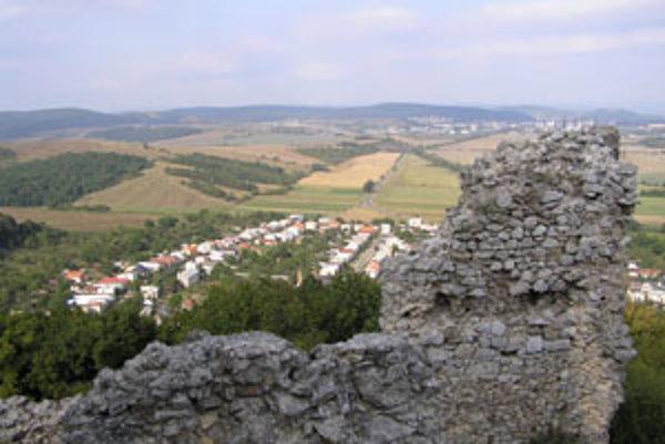 Výhľad na zemplínske kopce z hradu Brekov.