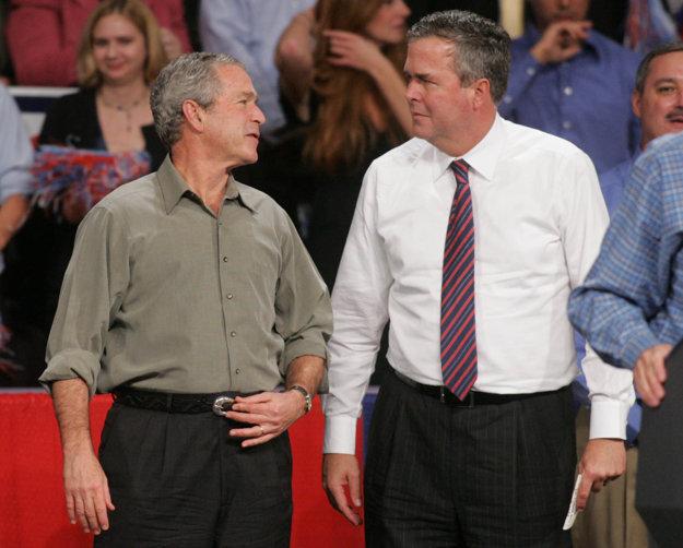 George a Jeb Bushovci počas tohtoročných primárok.