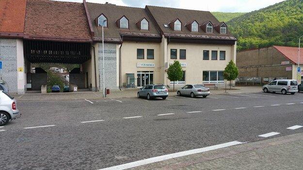 Takto vyzeralo parkovanie v centre mesta po spoplatnení.
