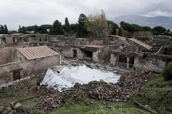 Ruiny 2 000 rokov starého kamenného domu, v ktorom trénovali gladiátori, chráni igelit pred dažďom.