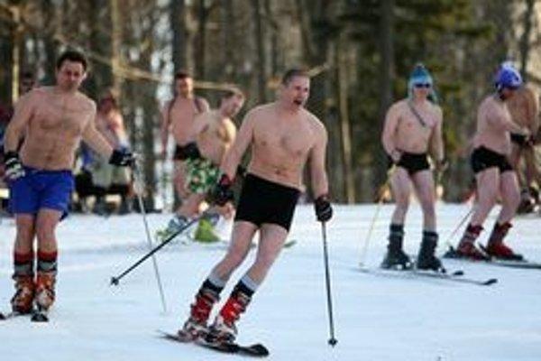 Teplé počasie nemusí pokaziť lyžovačku. Takto skupina chorvátskych fanúšikov oslávila víťazstvá chorvátskeho zjazdára Ivicu Kosteliča.
