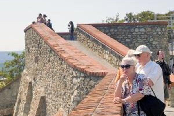 Hradný palác Bratislavského hradu je  v súčasnosti pre rekonštrukciu zatvorený. V areáli sú však naďalej pre verejnosť otvorené dve výstavy. Počas ostatného víkendu ľudí na kopec prilákala aj vyhliadka z hradieb na hlavné mesto, Dunaj a okolie.