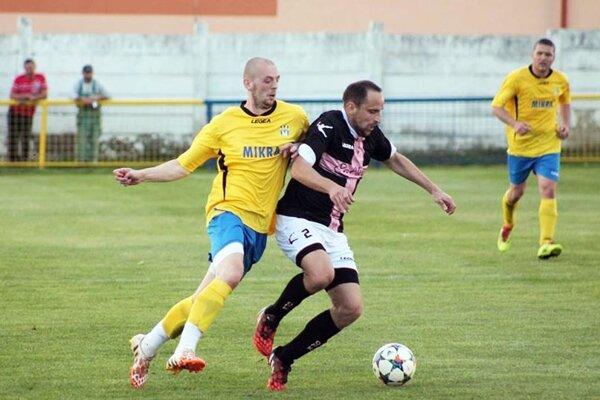Líder piatej ligy zHrušovian porazil Nevidzany 2:0. Sloptou domáci Ivan Kováč, pri ňom Marek Sperka.