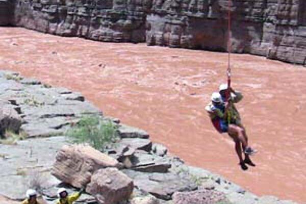 Rafterov z Grand Canyonu zachraňovali aj pomocou vrtuľníkov.