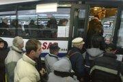 Autobusy boli v prímestskej doprave vlani využívané menej ako v roku 2014.