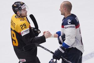 Andrej Sekera (vpravo) si podáva ruku s klubovým spoluhráčom z Edmontonu Leonom Draisaitlom.