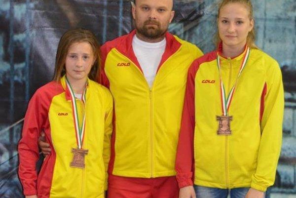 Tréner Michal Bokor s medailistkami Pápaiovou a Bokorovou.