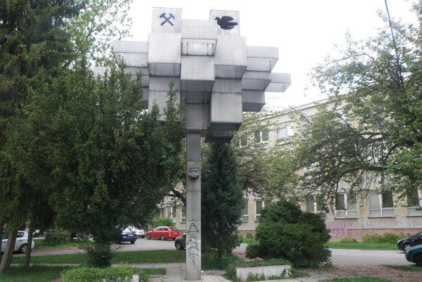 Plastiku mieru v roku 1973 vytvoril akademický maliar Alojz Petráš.