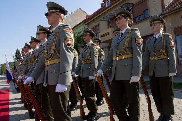 Na snímke príslušníčky Čestnej stráže Ozbrojených síl SR.