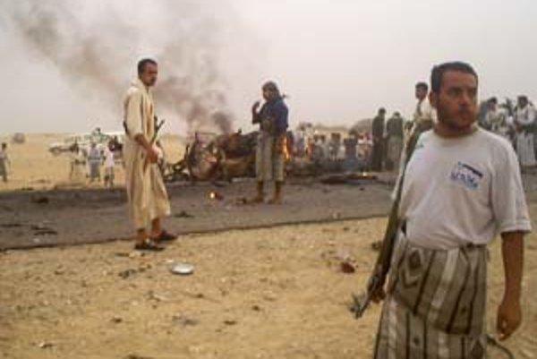 Polícia vyšetruje okolie bombového útoku.