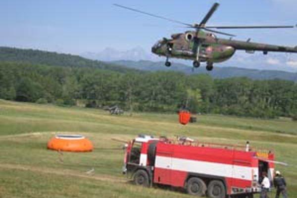 Do hasenia sa včera zapojili štyri vrtuľníky.