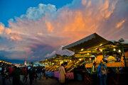 Západ slnka na najznámejšom trhovisku v Marakéši Džemá el Fna.