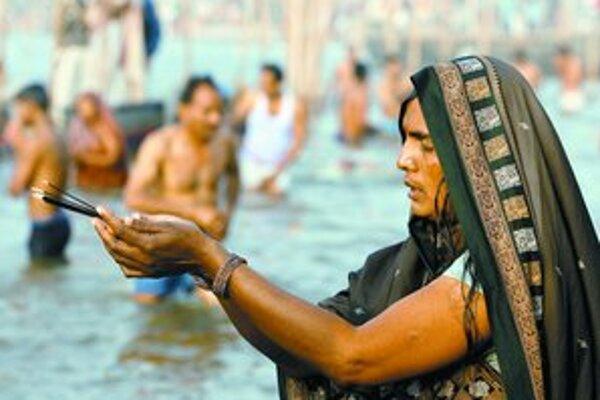 Mladá hinduistka spoločne s ďalšími miliónmi ľudí včera vkročila do studenej vody indickej Gangy.