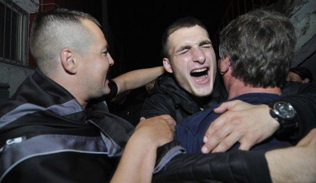 Matúš Bero sa teší s fanúšikmi zo zisku majstrovského titulu.