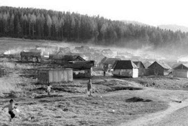 Letanovskí osadníci žijú ako v dobe kamennej. Spor o miesto ich nového pobytu dospel ku kompromisu.