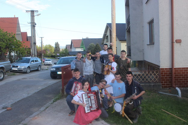 Partia pohromade. Michalovi prišli pomôcť kamaráti z Malej Lehoty.