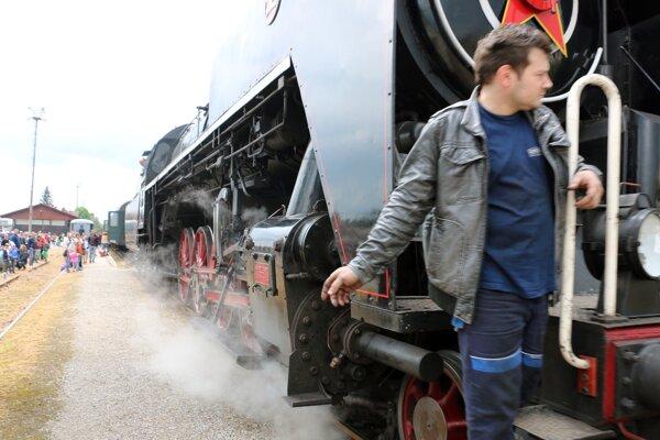 Parná lokomotíva série 475, krátko po príchode do železničnej stanice v Prievidzi. Zapožičali a obsluhovali ju členovia Spolku priateľov železníc z Vrútok.