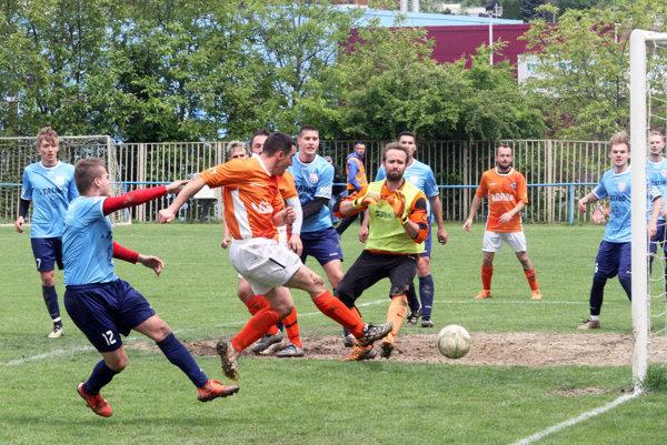 Líder z Kolárova (v oranžových dresoch) si odniesol z Čermáňa všetky tri body po výhre 1:0.