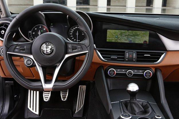 Interiér Giulie môže byť za príplatok vybavený infotainmentom s navigáciou a 8,8-palcovým displejom