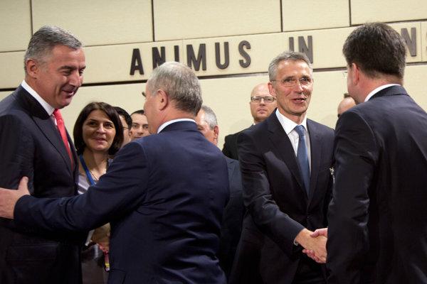 Generálny tajomník NATO Jens Stoltenberg (druhý sprava) si podáva ruku s Miroslavom Lajčákom (vpravo) a vľavo stojí čiernohorský premiér Milo Djukanovič.
