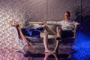 Elle fanning a režisér Nicolas Winding Refn pri nakrúcaní Neon Demon.