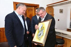 Prezident dostal od riaditeľa žrebčína olejomaľbu lipicanov. Autorom je maliar z regiónu Marek Maest.