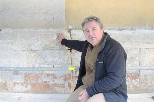 Reštaurátor Juraj Krajčo ukazuje na spodné časti kostola v zlom technickom stave.