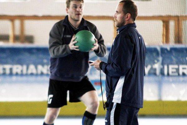 Nitrania dnes odštartujú letnú prípravu. Už vpozícii hlavného trénera ju povedie Andrej Kmeč (vpravo). Vľavo Peter Odrzovenský.