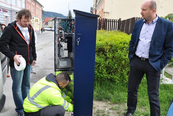 Na montáž parkomatu pozerá viceprimátor Jozef Šimek (vpravo).