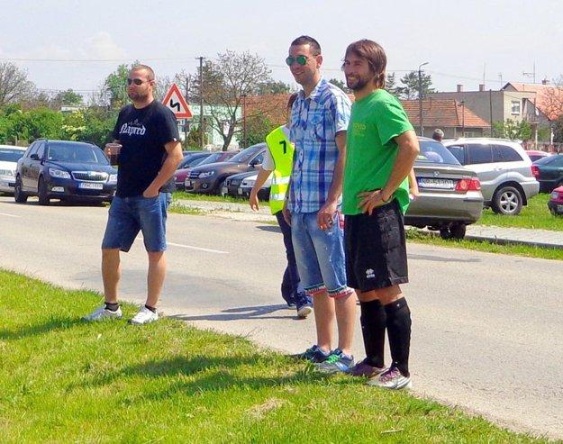 Bývalých spoluhráčov prišiel povzbudiť aj Tomáš Herc (v okuliaroch), ktorý hájil svätyňu Horného Ohaja celú jesennú časť.