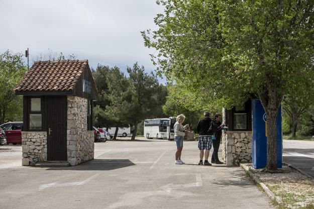 Parkovisko pri vstupe od dediny Lozovac. K dispozícii je tu niekoľko pokladní a zastávka kyvadlovej dopravy je zhruba 150 m od parkoviska.