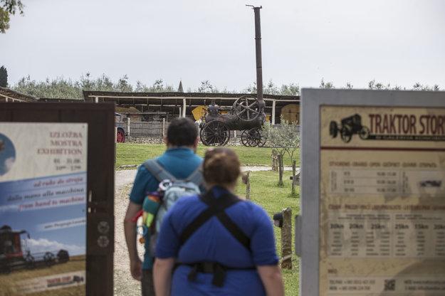 Hneď vedľa jaskyne Baredine sa nachádza Tractor story, výstava traktorov – veteránov. Nájdete tu kolekciu 50 traktorov a poľnohospodárskych strojov, ako aj fotky a dokumenty z minulosti.