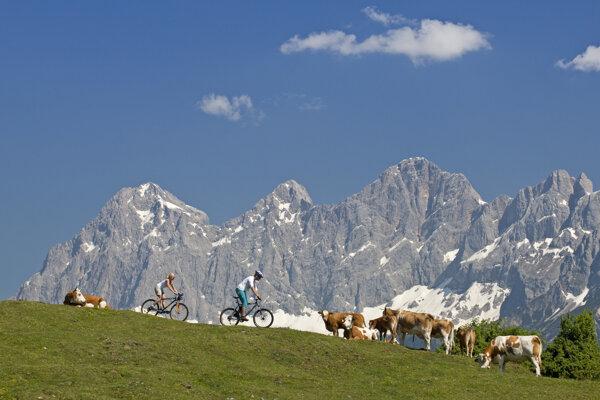 Jazdu po horských trasách už aj menej zdatným umožňujú eletrobicykle.