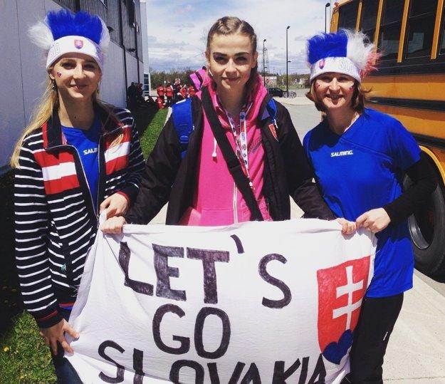 Mladá florbalistka (v strede) so slovenskými fanúšičkami počas MS U19 v Kanade.