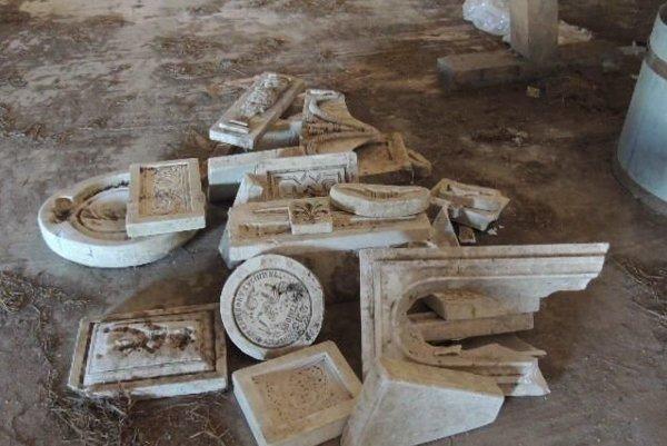 Poškodené sádrové formy, do ktorých sa odlievali jednotlivé keramické dielce.