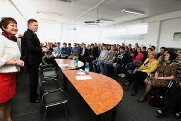 Premiér prišiel po niekoľkých týždňoch do Banskej Bystrice opäť, aby diskutoval so študentmi gymnázií o vzťahu EÚ a Slovenska.