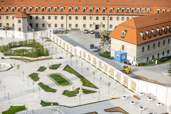 """Otvorenie a sprevádzkovanie Barokovej záhrady Bratislavského hradu, ktorú kritici na sociálnych sieťach označili za """"skatepark"""", je naplánované na leto."""