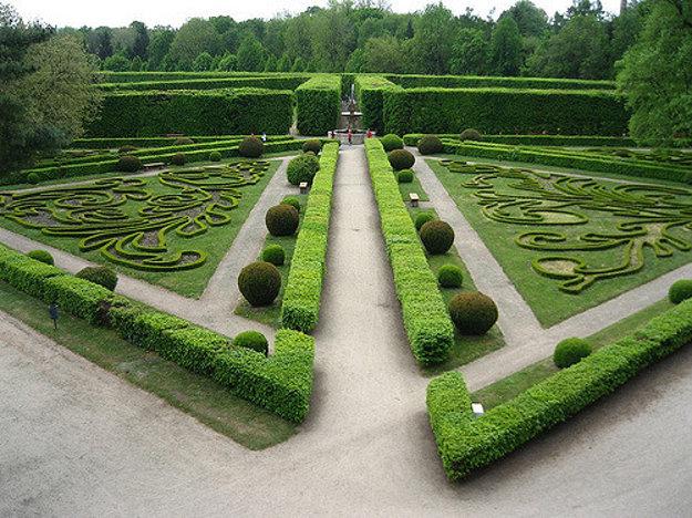Kvetná záhrada prešla v uplynulých rokoch dôkladnou obnovou.
