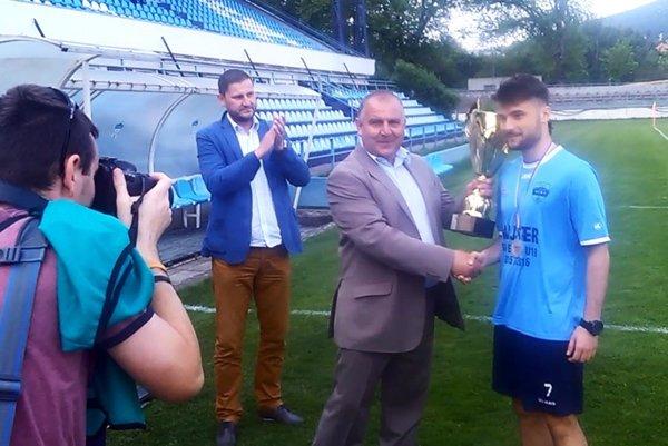 Víťazný pohár prevzal kapitán Denis Szalay. Blahoželá mu predseda ZsFZ Pavol Šípoš, vľavo sekretár ZsFZ Ivan Hádek.