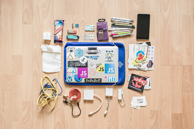 Kocka, horalky, odznak, USB, žuvačky, waklert, modafinil, vreckový operátor, perá, telefón vreckovky, notebook, káble, redukcia, lístky na MHD.