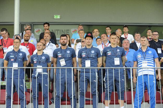 Najväčšie hviezdy slovenského národného tímu sledujú zápas iba z hľadiska.