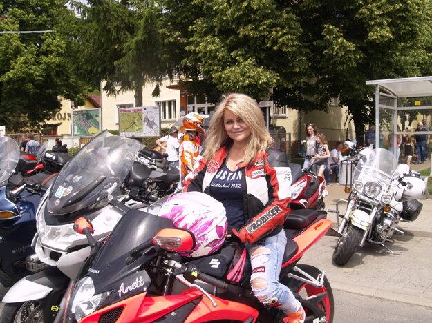 Sexi motorkárka osedláva dve kolesá už tridsať rokov