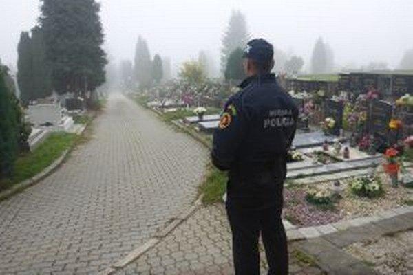 Na cintoríny dohliadnu aj mestskí policajti.